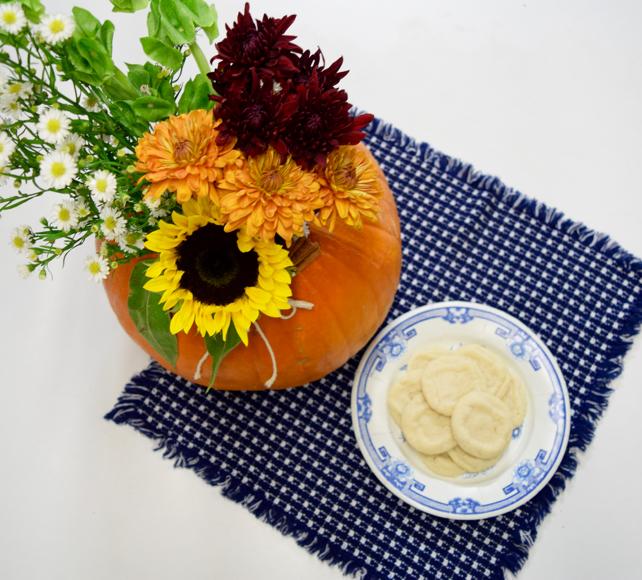 Diy pumpkin flower centerpiece for Diy thanksgiving floral centerpieces